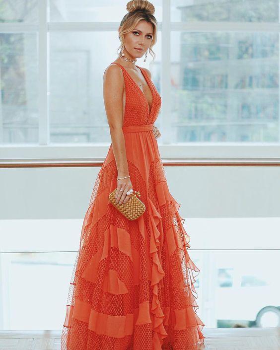 Nati Vozza investiu no laranja para make e o lindo vestido Vanessa Bbuda. Os cabelos presos em um coque alto com franja alta deram ainda mais elegância à produção. Clutch Bottega Veneta