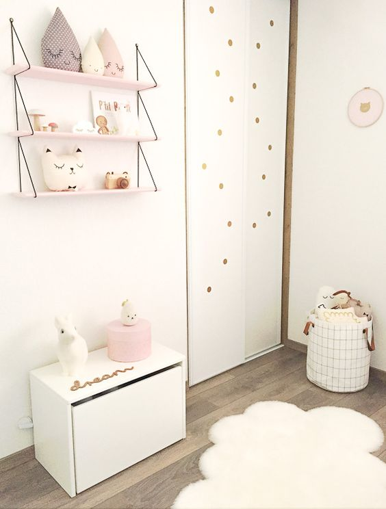 chambre b b douce une tag re des peluches gouttes un coussin chat et des pois dor s. Black Bedroom Furniture Sets. Home Design Ideas