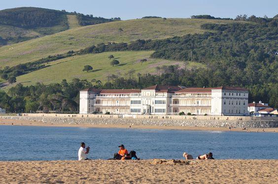 El sanatorio desde la playa de Plentzia