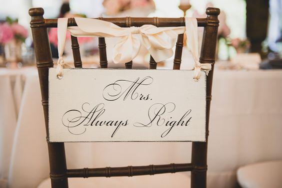 Vergesst nicht die Deko rund um euren Hochzeitstisch, wie hier am Stuhl der Braut