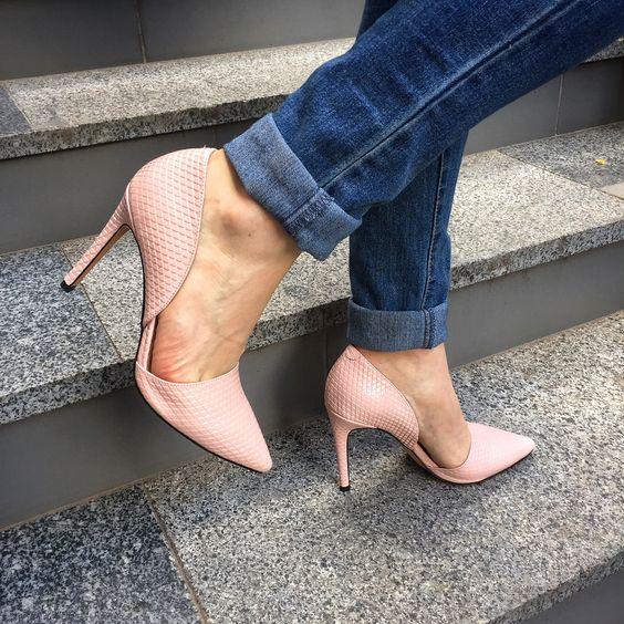 Ничто так лучше не подчеркивает изящность женской ножки, как туфли на шпильке. Их можно сочетать с вечерними платьями, повседневными юбками, с брюками и даже джинсами. Как раз с последней деталью такие туфли создают неоднозначный, но бесспорно привлекательный тандем. А теплый розовый цвет вносит в ваш образ долю загадочности и хрупкости.