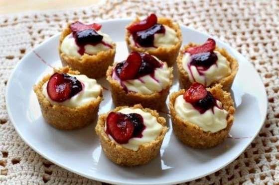 Hay infinidad de postres que puedes realizar utilizando un molde de muffins. Estos cheesecakes de ce... - Rebañando
