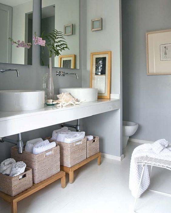 cestos no banheiro cinza: