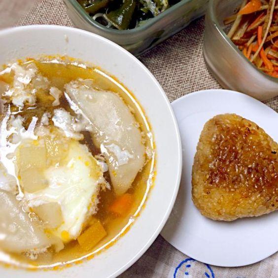 ひろちゃんの焼きおにぎりたくさん作って冷凍しておいたのだ〜(≧∇≦) 本当しつこい?  他はあるもの夕飯。 常備菜のきんぴら、ワカメサラダ。  今週の野菜スープに水餃子と落とし卵。 卵に火が入るまでの時間が調理時間です。 ししししし( ̄▽ ̄) - 51件のもぐもぐ - あるもの夕ごはん(´・_・`) by morimi32