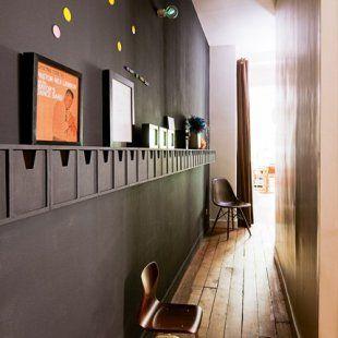 Couloir aux murs noirs peinture aimanté et tableau noir et étagère
