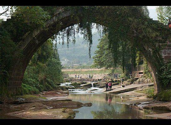 Shangli: Un paso atrás en el tiempo Los viajeros antiguos pueden haber encontrado su camino a Shangli a lo largo de la Ruta de la Seda, pero sigue siendo una joya fuera de la típica ruta para los turistas modernos de tierras extranjeras. Caer en un ritmo más lento de la vida y explorar el famoso ocho puentes de piedra y la arquitectura histórica de la ciudad. Aún así fiel a sus raíces de rutas de comercio, Shangli queda salpicado de pequeñas tiendas que venden mercancías artesanales locales.