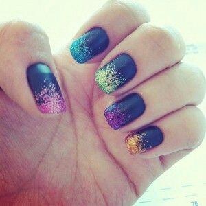 Ganz einfach nachgemacht.  Mit schwarzen Nagellack lackieren und danach einfach mit Puder oder Glitterlack die Nagelspitze nochmals be tupfen.