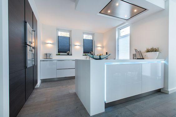 Keuken Kastenwand Met Nis : met LED verlichting in de greeplijst. Zwart eiken hoge kastenwand