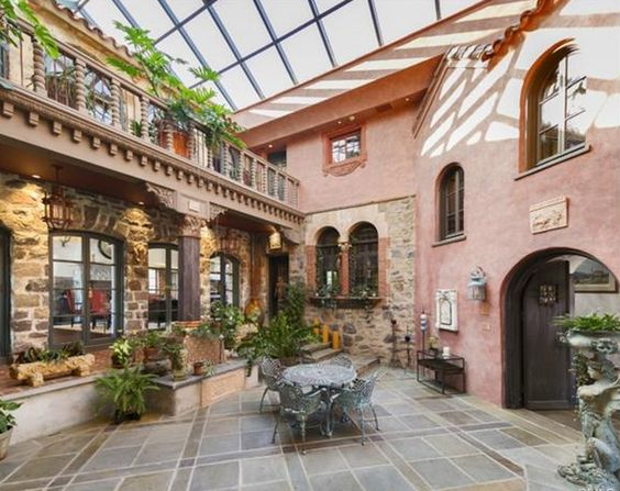 Courtyards mansions and glasses on pinterest for Homes with enclosed courtyards