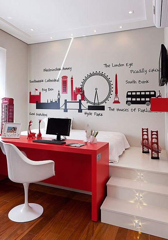 Os adesivos são uma boa alternativa para deixar a decoração ainda mais exclusiva. Neste quarto/escritório integrados, o morador se remete à Londres.: