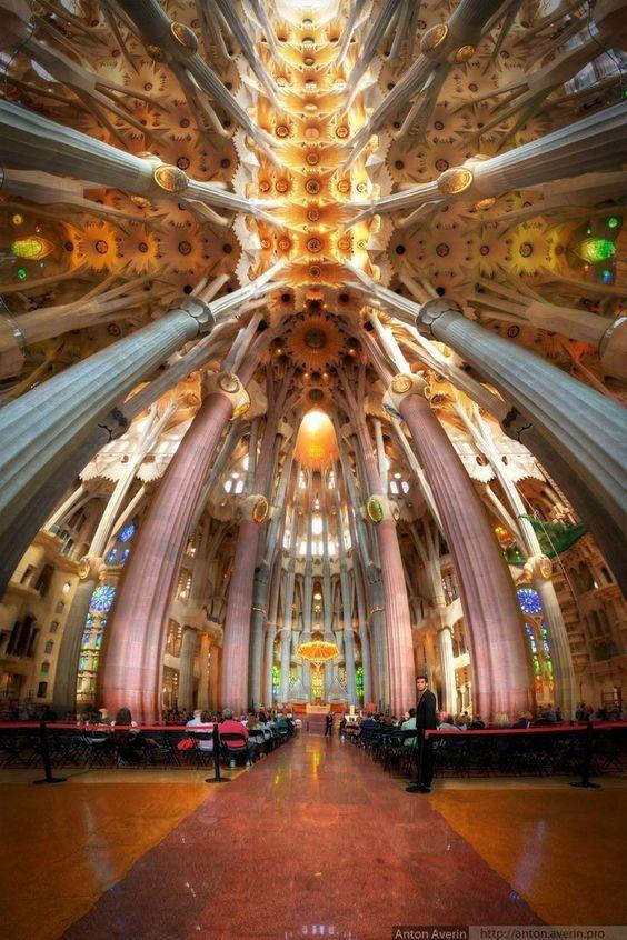 Interior de La Sagrada Familia, Barcelona, Cataluña, España. #Gaudí