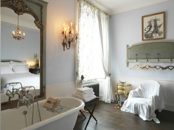 Badezimmer dunkler Bodenbelag Stuhl Kronleuchter klassisch
