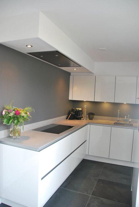 Strakke moderne sfeervolle keuken tijdloze kleuren met gutmann afzuigkap hoogglans wit - Kleur verf moderne keuken ...