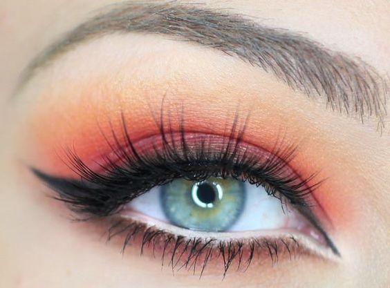 Sombras rojas y naranjas, dan calor a la mirada, para todo color de ojos