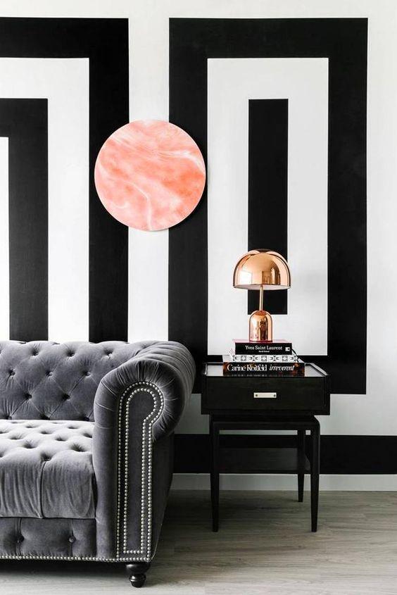 pared-decorada-motivos-geometricos-blanco-y-negro-mesa-auxiliar-negra: