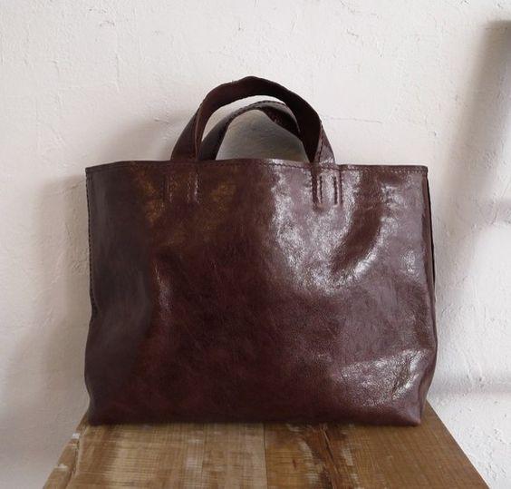 タンニンなめしのゴード(山羊革)で作ったトートバッグです。革の厚さは約1mm。しなやかで手触りの良い軽いバッグです。二枚目の写真にあるように、サイドのナスカン... ハンドメイド、手作り、手仕事品の通販・販売・購入ならCreema。