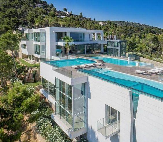 Detalle de una casa de lujo con zonas ajardinadas y for Casas con piscina y jardin de lujo