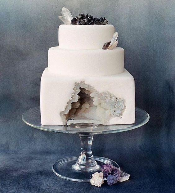 In a crystal mood today....I am in love with this geode cake by @sainte.g. What do you think?