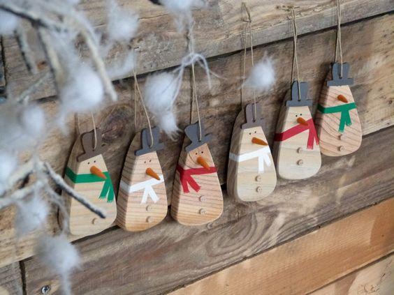 D coration bonhomme de neige en bois recycl suspendre for Decoration porte bonhomme de neige