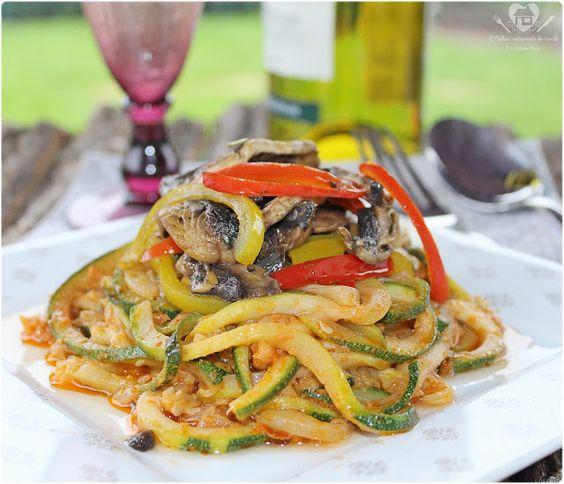 Receita fácil de espaguete de abobrinha com molho de tomate seco, champignons e pimentoes vermelhos e amarelos