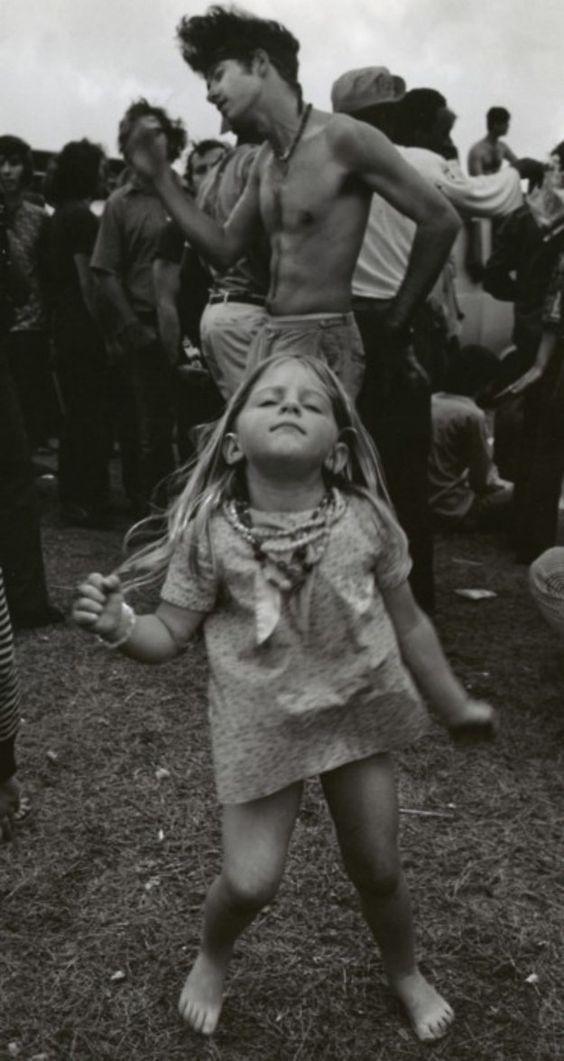 Esta pequeña niña bailando en Woodstock… | 23 personas que demuestran que la genialidad de la vieja escuela es lo máximo