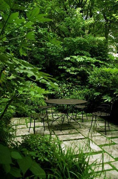 Mucho verde. comedor exterior en tono oscuro y simple, para no ...