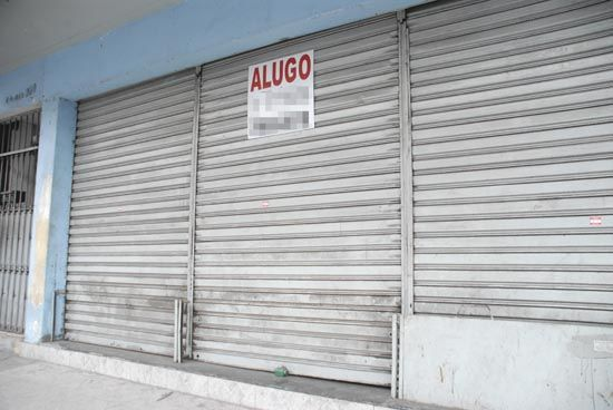 loja fechada Porta de aço raiada de enrolar