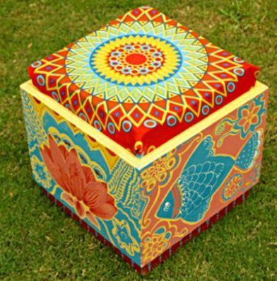Caixa de madeira reciclada para virar banqueta.