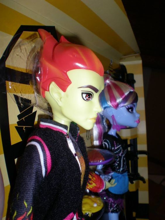 Detail Pics of Heath + Abbey and Ghoulia+ Cleo Classroom Sets by Olie Meooww via Raye Del Sol - Monster High Dolls .com