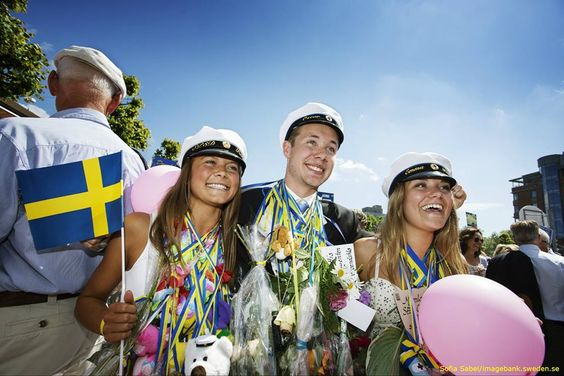 Every year,from May through June,some 100,000 Swedes graduate from upper secondary school. Most important in the graduation outfit is the student cap,dating back to the turn of the 19th century.
