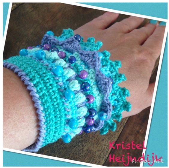 Gehaakte-armband-breiclub-1...A picture tutorial that gives you an idea of steps in making this crocheted cuff!