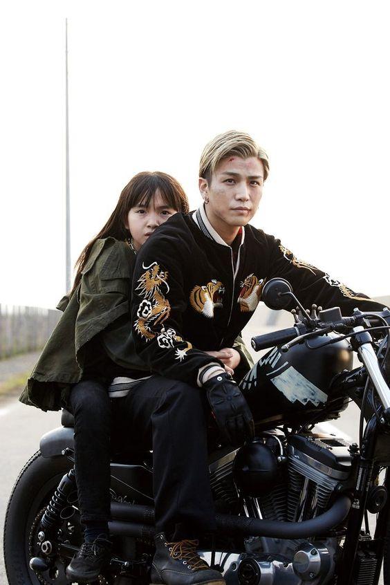 バイクに乗っている岩田剛典さん