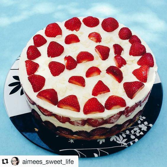 A LITTLE REGRAM // Was soll ich sagen ich kann Erdbeeren einfach nicht widerstehen! Schau mal was ich bei @aimees_sweet_life gefunden habe! Eine geeiste Käse-Sahne-Torte mit Erdbeeren  Sieht die nicht einfach genial aus?! Ich kann mich gar nicht satt sehen  Ich muss jetzt dringend in die Küche. Was macht ihr denn Schönes heute?  #alittlefashion #lifestyle #blogazine #alittleregram #food #foodblogger_de #yourdailytreat #yummylicious #foodporn #foodpics #foods #f52grams #food52grams…