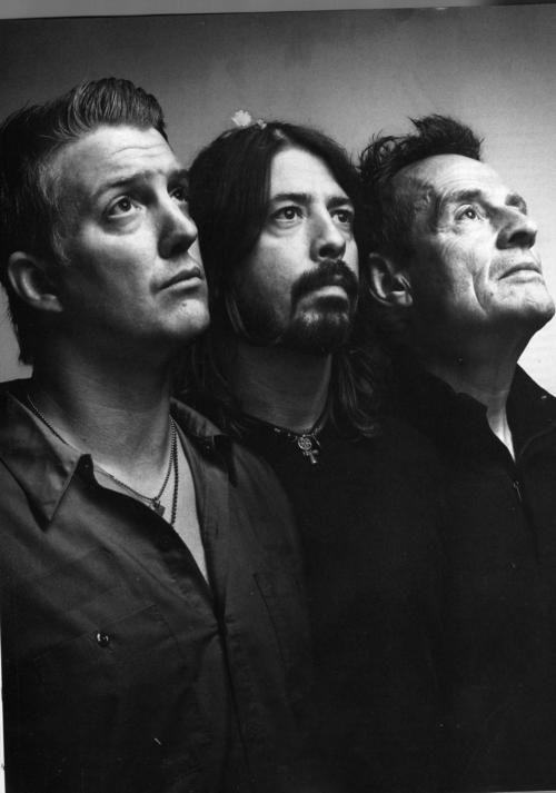 Them Crooked Vultures (Josh Homme, Dave Grohl & John Paul Jones). Quelle photo fantastique de ces 3 grands musiciens ♥︎ elle me plaît beaucoup =} #themcrookedvultures #joshhomme #davegrohl #johnpauljones #musicphotography