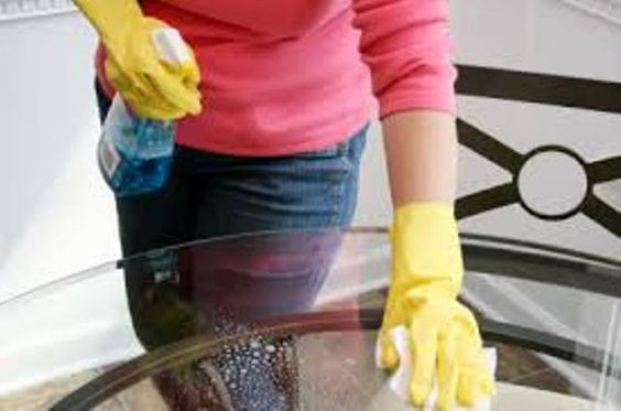 pulire tavoli di vetro