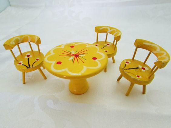 Dollhouse Furniture Mesa e cadeiras amarelas Flores brancas de madeira