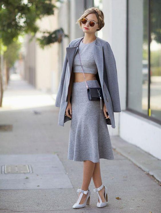 Street style de look monocromático cinza.: