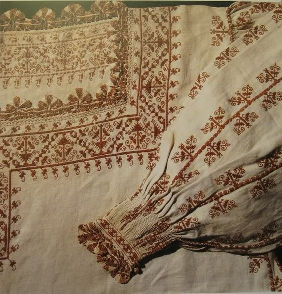 Camicia, close-up, mid-16.th century, Tuscany (?) (Museo del tessuto, Prato)  double running stitch, pleatwork, long armed cross stitch, and lace.: Shirt Close, Stitch Pleatwork, Century Tuscany, Pleatwork Long, Cross Stitches, Coloured Embroidery