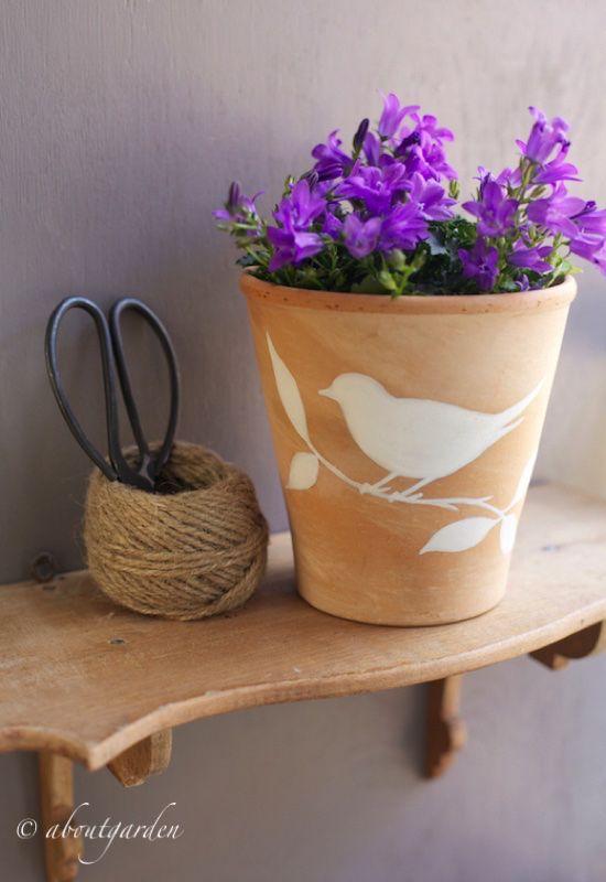 Il disegno è una delle arti decorative più classiche, perchè non cimentarvi nell'applicarla sulla superficie di un vaso in terracotta? Se non siete grandi artisti non c'è problema, un piccolo trucc...
