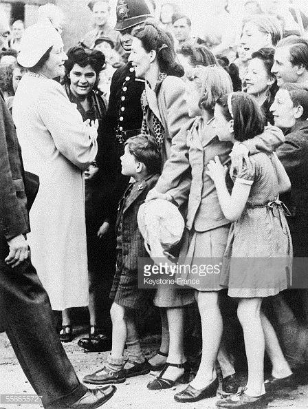 News Photo : La Reine d'Angleterre s'entretient avec des...