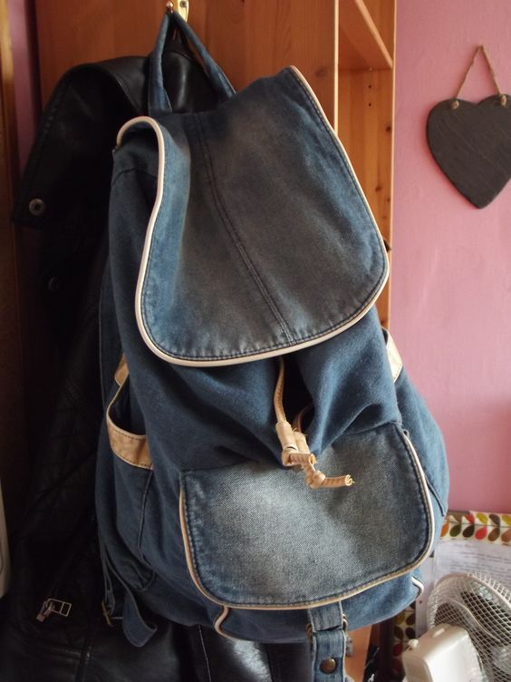 a cool casual bag, picked it up for only a little under 20 quid, bargain. I'm thinking of buying badges to put on it, you know when ever I see a nice badge buying it and wearing... happy girl :D