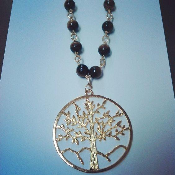collar elaborado con piedras de ojo de gato acompañado de un hermoso dije del árbol de la vida Belloooooo