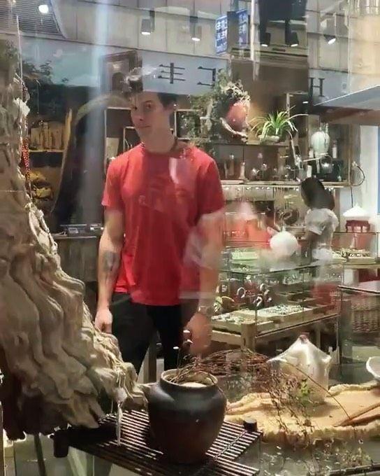 شون بالامس كان في محل للمجوهرات في شنغهاي الصين Shawn Was In Jewellery Yesterday In Shanghai China ғᴏʟʟᴏᴡ Shawnlenafandom Shawn Mendes Mendes Shawn