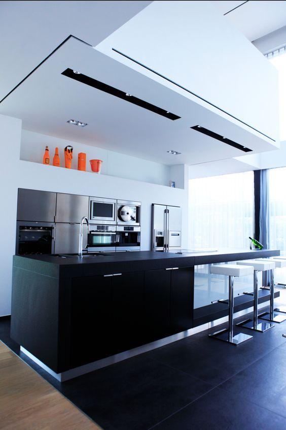 Villa mooie moderne zwart wit keuken in het midden van de woning in het lijnenspel op het - In het midden eiland keuken ...