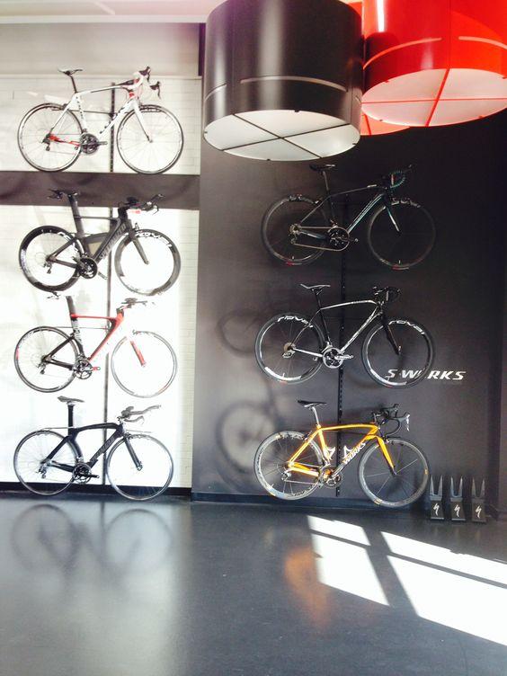 Projet Quilicot, store, black, white and red, concrete paint floor, boutique, blanc, noir et rouge, plancher de béton paint.