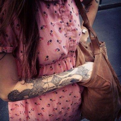 Dodie est française, tatoueuse et officie au studio L'Heure Bleue.  Ses tatouages oscillent entre couleurs et noir et blanc, mandala, dentelle et dotwork. Du simple trait sur le doigt, en passant par la manchette, le cou et la poitrine, Dodie habille avec finesse n'importe quelle partie du corps de ses tatouages ornementaux. Dodie participe à l'évolution du tatouage, un art à part entière où chaque tatoueur, armé de son dermographe, transforme votre peau en oeuvre d'art.