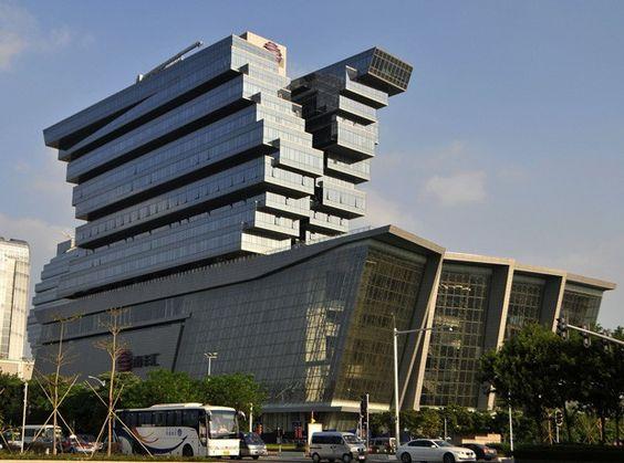 Prédio de US$ 817 milhões foi apelidado de 'torre de brinquedo' por seu formato bizarro (Foto: Stringer/Reuters)