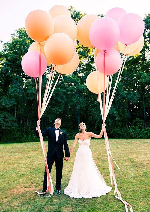 Original idea para una fotografía de boda. 32 Propuestas de Decoración de Bodas con Globos. Foto: brides.com: