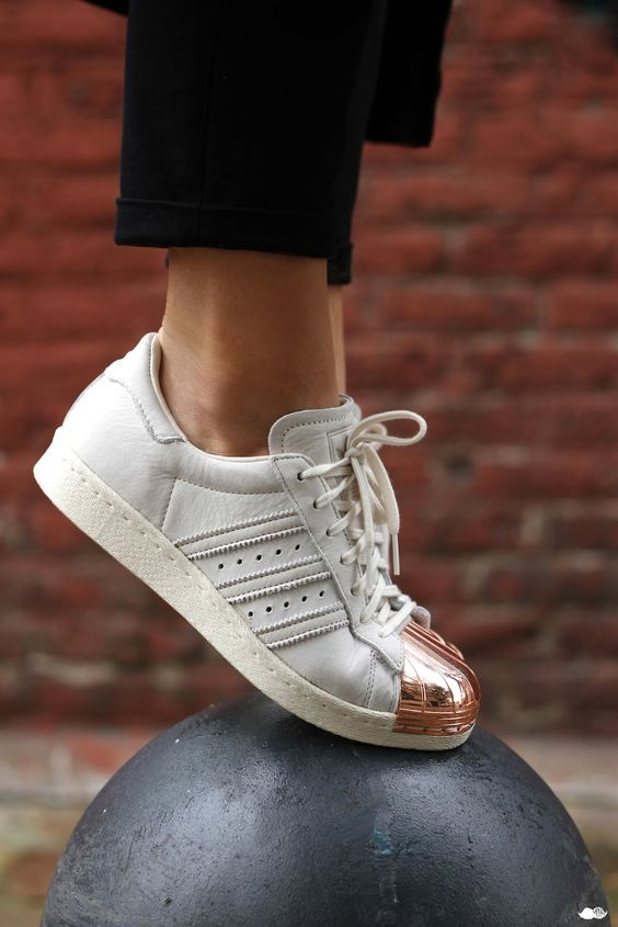 White sneakers with twist: