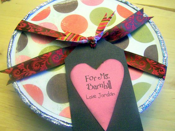 I always have a hard time packaging cookies and baked goods to give as a gift-this is perfect and soooo cute!